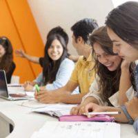 chicas dentro del aula ojeado el libro