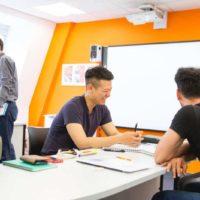 asiático riéndose en clase
